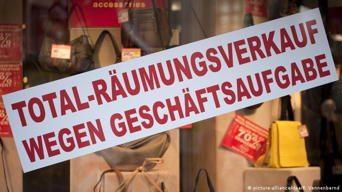 Clearance sale sign in a shop window (picture-alliance/dpa/R. Vennenbernd)