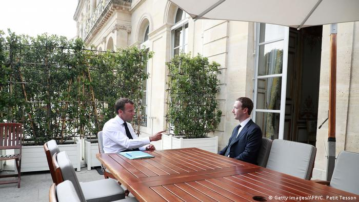 Frankreich Paris | Emmanuel Macron, Präsident & Mark Zuckerberg, CEO Facebook (Getty Images/AFP/C. Petit Tesson)