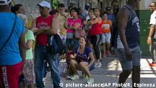 Kuba Havanna Schlange an einem Supermarkt