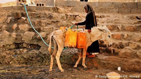 BdTD Jemen Frau an Wasserstelle (Getty Images/AFP/E. Ahmed)