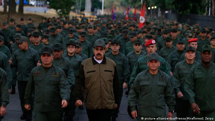 Maduro (M.) zeigt sich nach dem gescheiterten Putschversuch Anfang Mai mit loyalen Soldaten