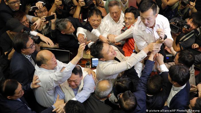 Hongkong Auseinandersetzungen im Parlament (picture-alliance/AP Photo/K. Cheung)