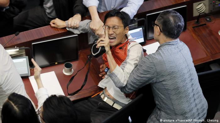 Scuffle broke out in Hong Kong's legislative assembly over extradition law amendments | Eddie Chu (picture-alliance/AP Photo/K. Cheung)