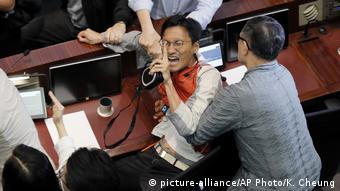 Hongkong Auseinandersetzungen im Parlament   Eddie Chu