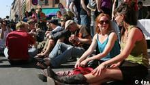 Myfest in Berlin Caption Junge Leute genießen am Freitag (01.05.2009) beim Straßenfest zum 1. Mai im Bezirk Kreuzberg in Berlin auf der Oranienstraße das sonnige Wetter. Das Myfest wird seit einigen Jahren in Kreuzberg von den Einwohner des Bezirks organisiert und friedlich auf den Straßen und Wiesen gefeiert. Dieses Jahr bietet das Straßenfest auf 19 Bühnen im Dreieck zwischen Oranienplatz, Heinrichplatz und Mariannenplatz mehr als 600 Bands, DJs und andere Künstler. Foto: Alina Novopashina dpa/lbn +++(c) dpa - Bildfunk+++