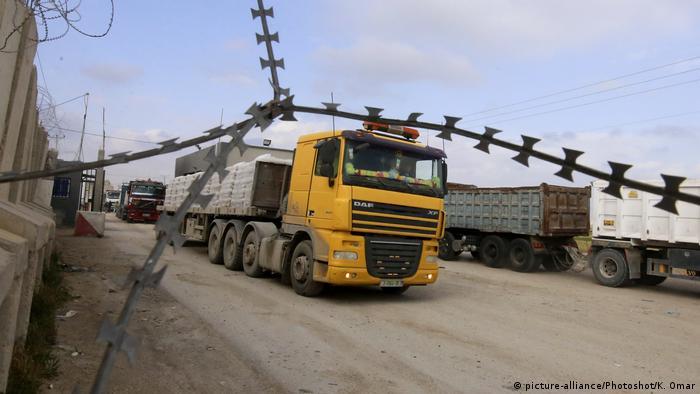 Caminhão passa por Kerem Shalom, porta de entrada de mercadorias em Gaza