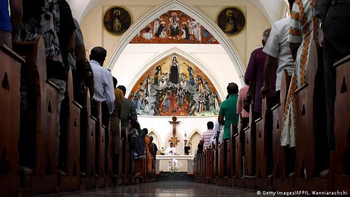 Altar e padre ao fundo, durante missa em igreja católica em Colombo, capital do Sri Lanka