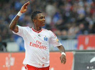 Der Hamburger Torschütze Eljero Elia jubelt nach seinem Treffer (Foto: AP)