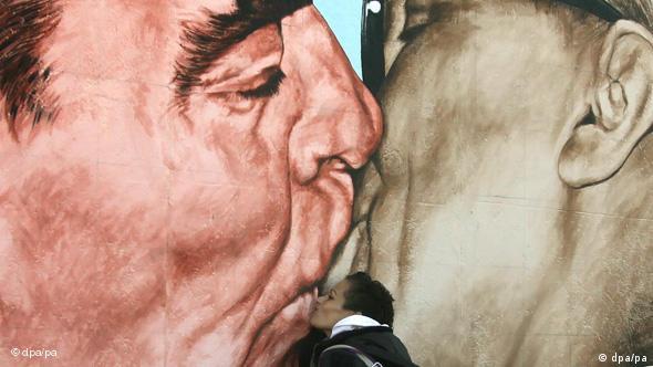 Pintura tematizando el famoso beso de Breshnev y Honecker, Muro de Berlín.