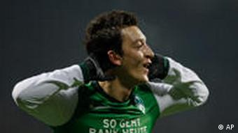 Mesut Oezil bejubelt seinen Treffer. (Foto: AP)