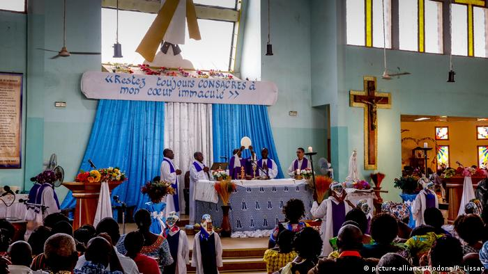 Mass is celebrated at a Catholic church in Ouagadougou, Burkina Faso (picture-alliance/Godong/P. Lissac)