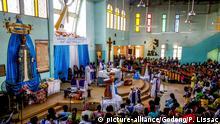 Sunday mass in a catholic church in Ouagadougou, Burkina faso. | Verwendung weltweit