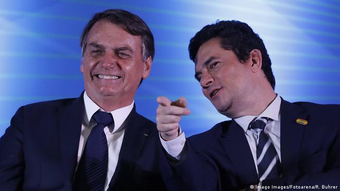 Presidente Jair Bolsonaro e ministro da Justiça Sergio Moro rindo, em evento em Curitiba