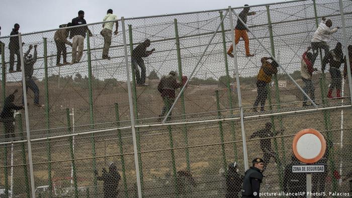 Migrants climb fence between Morocco and Melilla