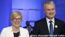 08.05.2019 Lithuanian presidential candidates, Member of the Parliament Ingrida Simonyte, center, Lithuanian Prime Minister Saulius Skvernelis, left, and business-minded economist Gitanas Nauseda, right, pose for the media prior to the start of the televised live debate in Vilnius, Lithuania, Wednesday, May 8, 2019. Lithuanians will head to the polls on Sunday, May 12, in a first round of presidential elections. (AP Photo / Mindaugas Kulbis) |