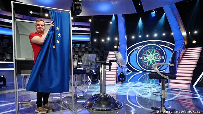 A person at the last EU election casting a ballot on the set of Germany's Who Wants to be a Millionaire (picture-alliance/dpa/H. Kaiser)