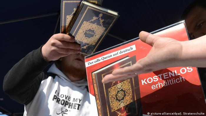 Islamist activists handing out copies of the Quran (picture-alliance/dpa/J. Stratenschulte)