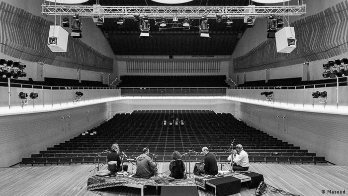 این کنسرت با نام گلهای صحرایی با همکاری مرکز موسیقی غرب و شرق در برلین، در ادامه تور اروپایی سیما بینا و گروه همراه برگزار شد. (عکس از آزمایش صدا قبل از آغاز کنسرت)