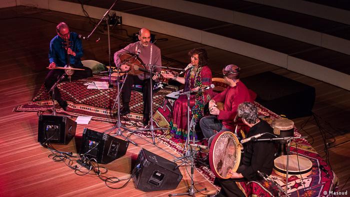 این کنسرت در دو بخش و با اجرای آهنگهای محلی خراسان و شیراز برگزار شد.