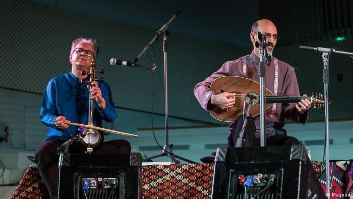 حسین بهروزی نیا نوازنده بربط (عود) و سعید فرجپوری نوازنده کمانچه، فعالیتهای بسیاری در طول سالهای گذشته در زمینه موسیقی سنتی، از جمله با همکاری در گروه دستان، انجام دادهاند.