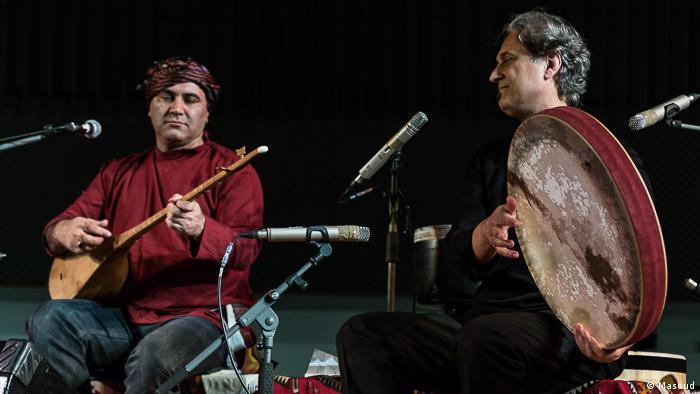 بهنام سامانی نوازنده دف و تمبک که ساکن آلمان است، با گروههای موسیقی مختلف خارجی و ایرانی همکاری داشته است. او همچنین از اعضای گروه دستان است. علیرضا شیروانی نوازنده دوتار و خواننده ساکن ایران در استان خراسان شمالی است.