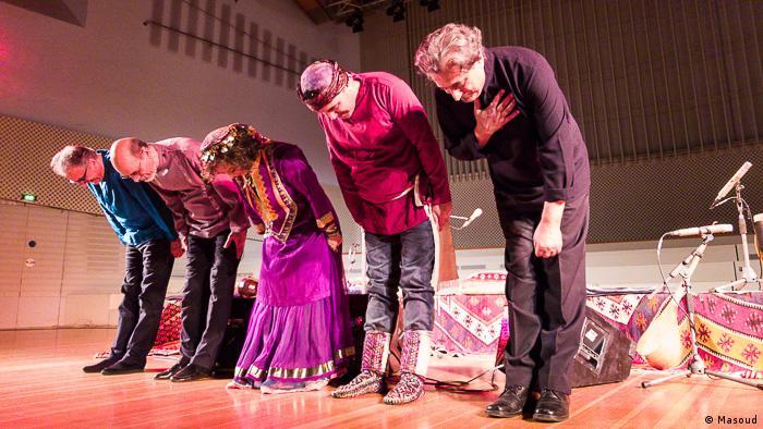 اجرای گروه با استقبال و تشویق بسیار حاضران همراه بود.