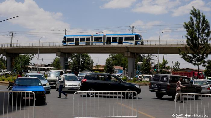 Addis Ababa's electric railway on a bridge over a street jammed with cars (DW/M. Gerth-Niculescu )