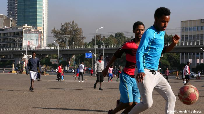 Young boys playing football on the streets of Addis Ababa (DW/M. Gerth-Niculescu )
