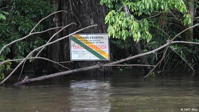 Terra protegida: placa do governo parece pouco importar na região