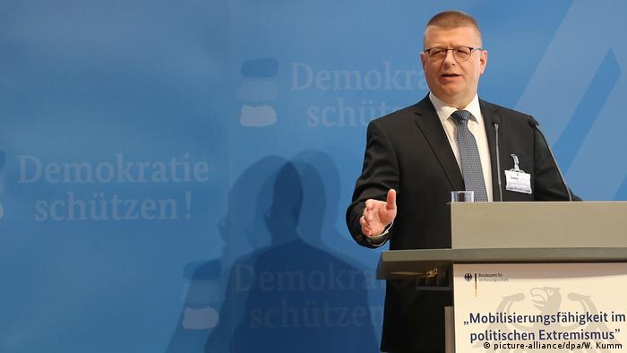 Thomas Haldenwang gives a press conference (picture-alliance/dpa/W. Kumm)