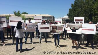 Сторонники Кочаряна перед зданием суда в Ереване