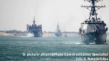 Begleitschiffe des Flugzeugträger USS Abraham Lincoln im Sueskanal vor der Küste von Ägypten