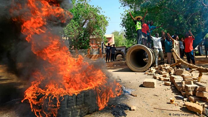 Sudanese protesters burn tires as they block Nile Street for the second consecutive day during continuing protests in Sudan's capital Khartoum (Getty Images/A. Shazily)