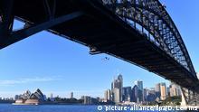 dpatopbilder - 14.05.2019, Australien, Sydney: Aktivisten der Umweltorganisation Greenpeace seilen sich während einer Aktion von der Harbour Bridge ab. Nach einer spektakulären Aktion von Umweltaktivisten an der Brücke im Hafen von Sydney hat die australische Polizei 13 Teilnehmer festgenommen. Foto: Dean Lewins/AAP/dpa +++ dpa-Bildfunk +++ |