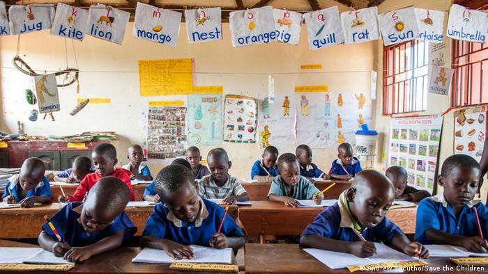 Kinder in einer Schule in Uganda