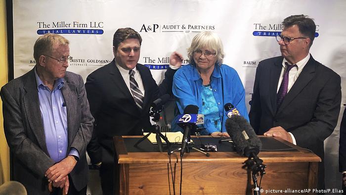 Alva Pilliod und Alberta Pilliod mit ihren Anwälten Brent Wisner und Michael Miller