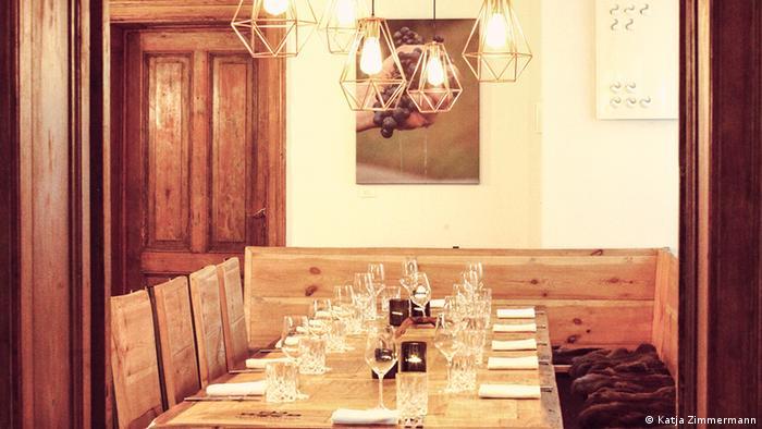 Deckter Holztisch mit vier Holzstühlen und einer Sitzbank (Foto: Katja Zimmermann).