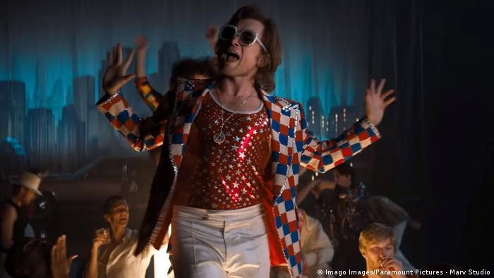 Filmstill aus Rocketman mit Taron Egerton als Elton John tanzend im bunten Kostüm