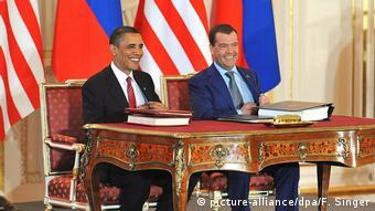Барак Обама и Дмиртий Медведев подписывают ДСНВ 8 апреля 2010 года