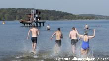 Bathers heading into Berlin's Wannsee (picture-alliance/dpa/P. Zinken)