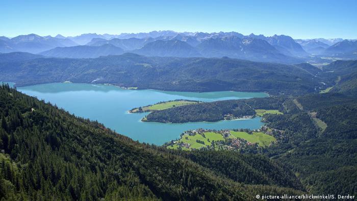 Валхензее, едно от най-големите алпийски езера в Германия, е баварска идилия с карибски чар. Лазурно сините води на езерото са заобиколени от величествени върхове. Необикновеният цвят на водата се дължи на многото варовикови кристали, които отразяват слънчевите лъчи.