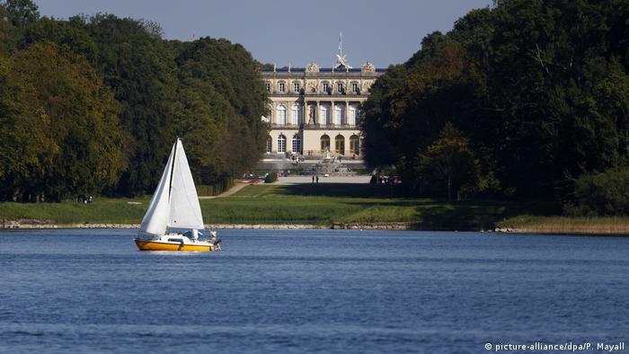 Кимзее също си има прякор - наричат го баварското море, тъй като с дължина от 18 километра то е най-голямото езеро в Бавария. На голяма популярност се радва остров Херенинзел, където се издига най-разточителният строителен проект на крал Лудвиг II - неговият баварски Версай, замислен като точно копие на Версайския дворец.