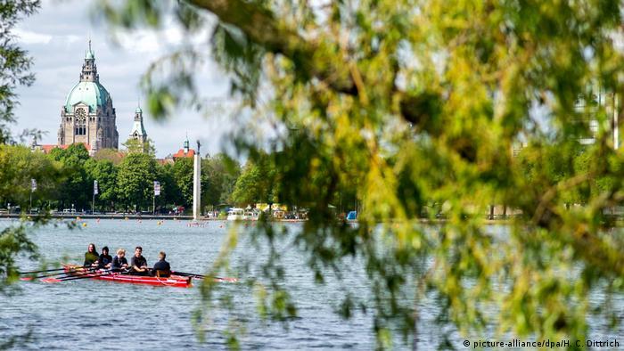 Жителите на Хановер могат да си спестят пътешествията надалеч. Красивото езеро Машзее, създадено през 1930-те години от човешка ръка, се простира пред Новото кметство (на снимката), което е сред най-големите забележителности на Хановер. От купола му се открива прекрасна гледка към езерото.