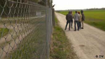 Εξω από τα συρματοπλέγματα του προσφυγικού κέντρου στο Φυρστενφέλντμπρουκ