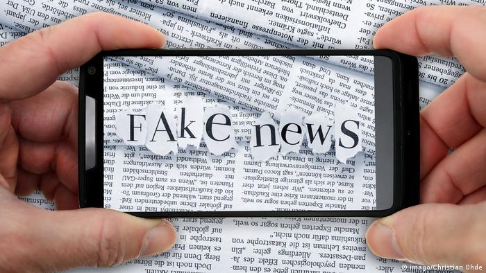 Das Wort Fake News aus Zeitungsbuchstaben