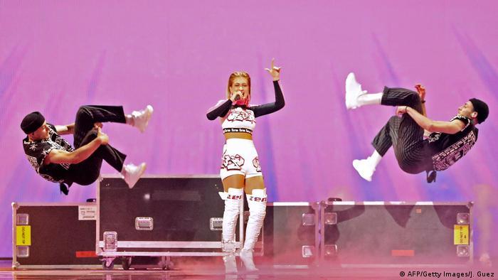 Zena tanzt und ihre Tänzer neben ihr machen einen Salto.(AFP/Getty Images/J. Guez)