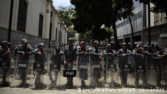 Venezuela Einsatz zur Abriegelung des Parlaments (picture-alliance/dpa/R. Hernandez)
