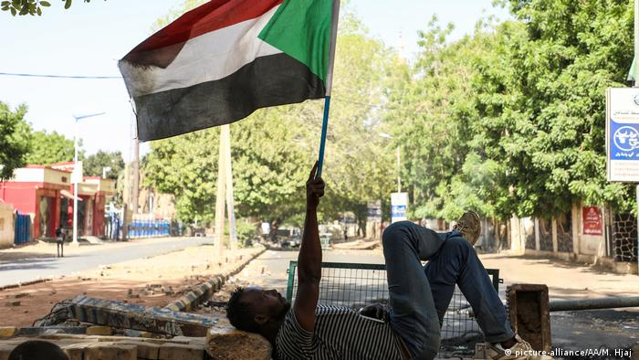 Sudanese protesters use barricades to block main roads (picture-alliance/AA/M. Hjaj )