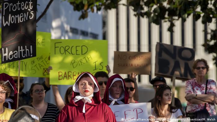 Ativistas pró-aborto protestam em Montgomery