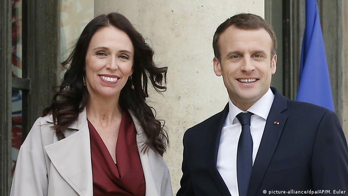 Jacinda Ardern und Emmanuel Macron (picture-alliance/dpa/AP/M. Euler)